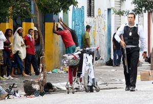 Polícial Civil desfila pela Cracolândia portando arma. JF Diório/Estadão