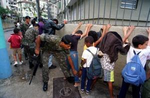 Exército revista crianças no Santa Marta. Imagem: Marcia Foletto